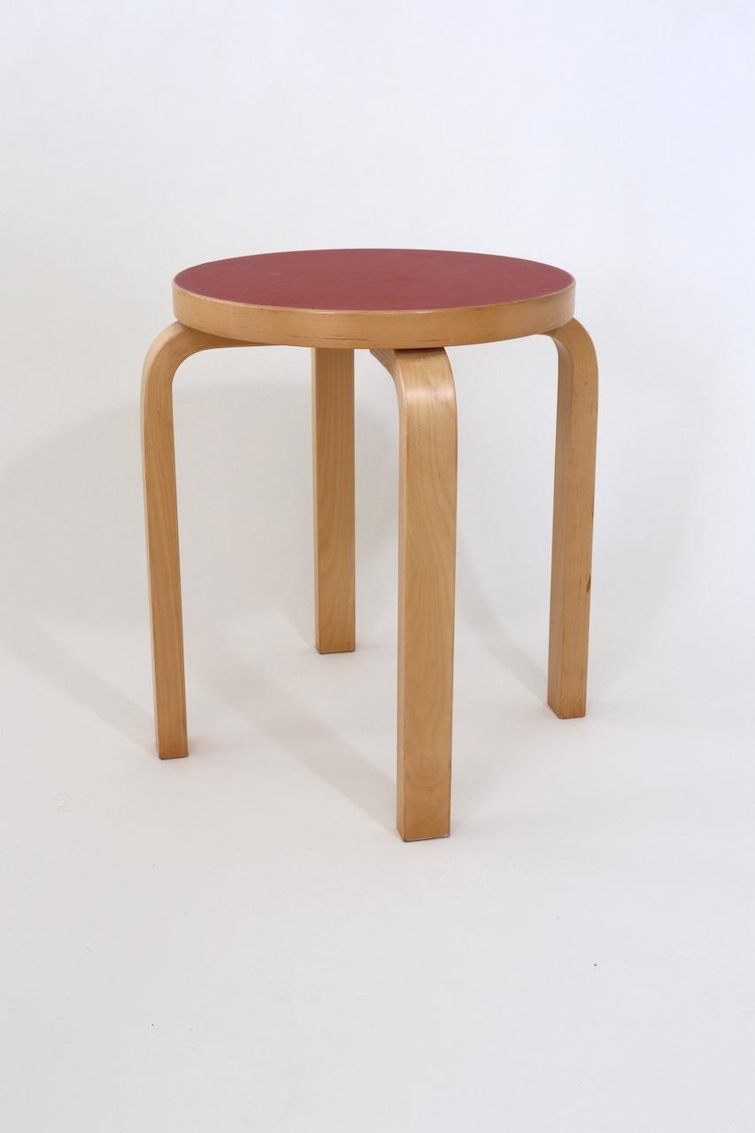E60 Hocker: Ein Klassiker von Alvar Aalto