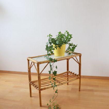 Rottinkinen kukkapöytä lasitasolla