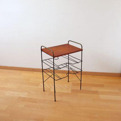 String tyylinen sivupöytä teaktasolla