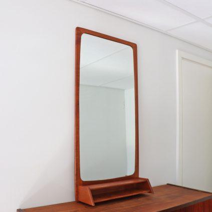 Teak peili lokerikolla