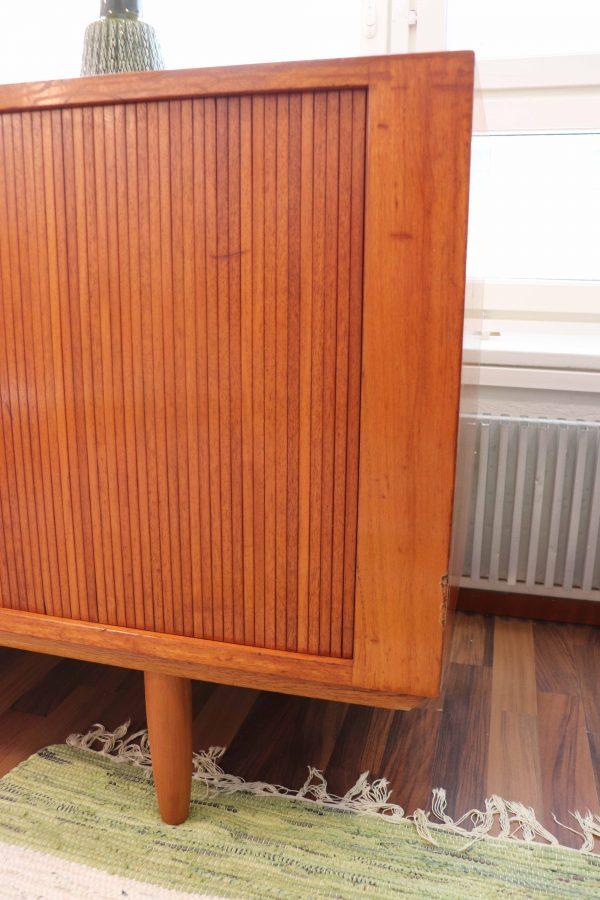 60 -luvun tanskalainen tiikki senkki rulo-ovilla