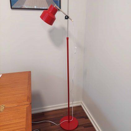 punainen retro lattiavalaisin